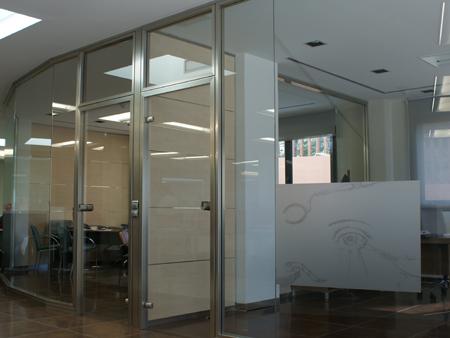 Divisiones modulares divisiones en cristal divisiones for Mamparas cristal oficina